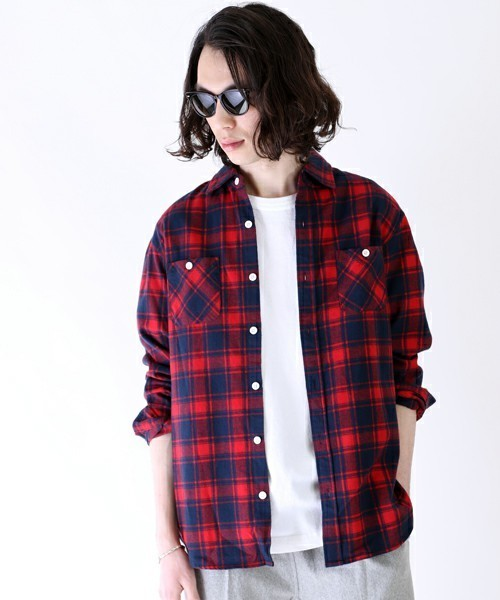 チェック柄の赤シャツ