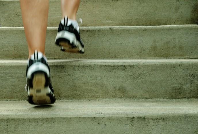 外で出来る有酸素運動『階段ダッシュ』