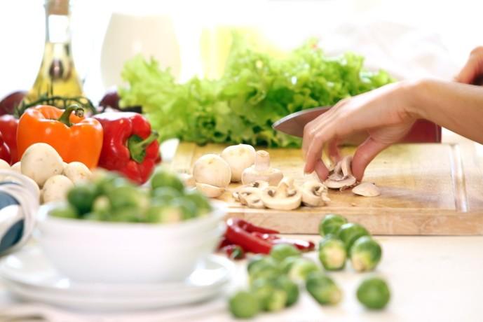 手料理を作る女性
