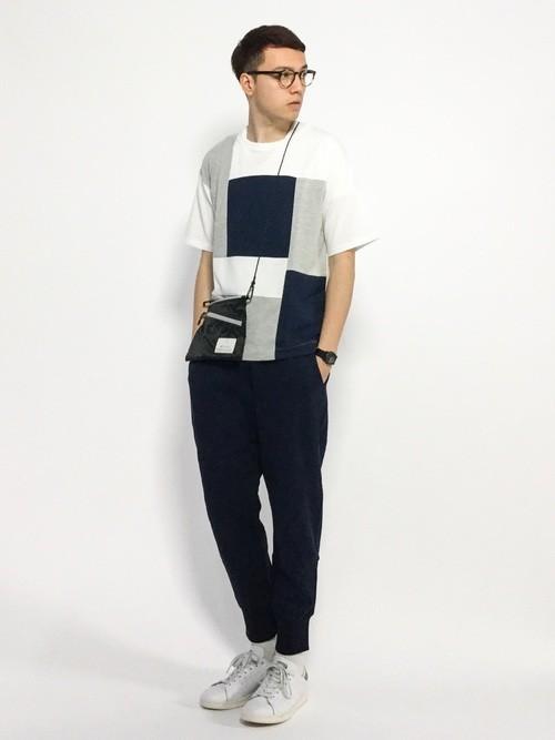 柄Tシャツとスウェットパンツを組み合わせた夏服コーディネート