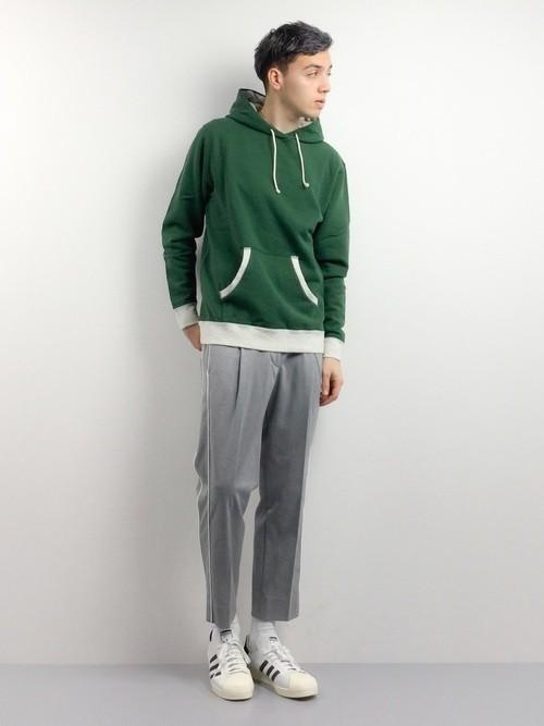 緑パーカーとラインパンツの着こなしコーデ
