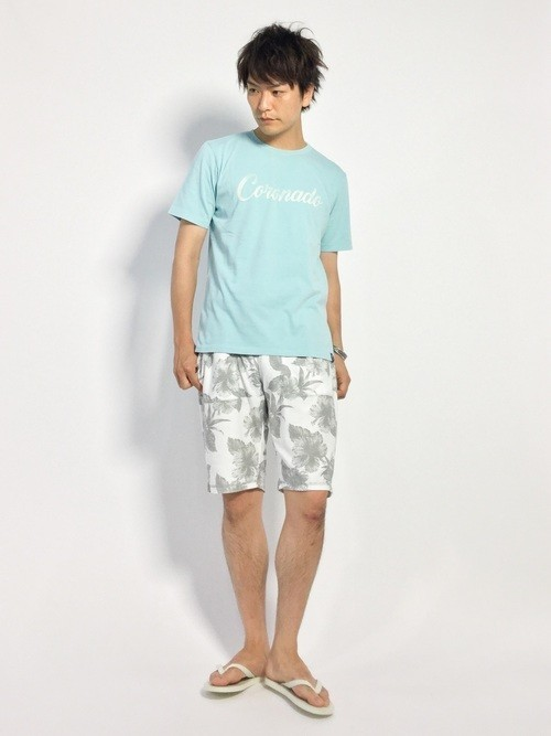 ハーフパンツとTシャツを合わせた夏服コーディネート