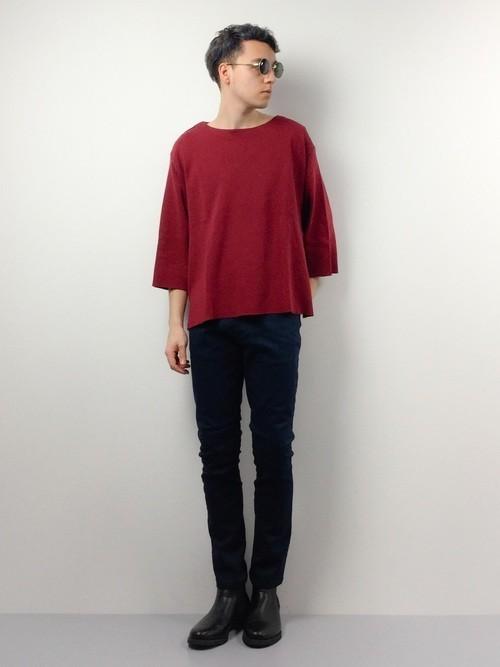 赤Tシャツとスキニーパンツのメンズ夏服
