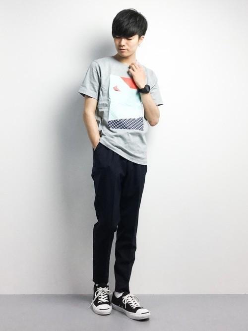 柄Tシャツとスキニーパンツの夏服コーディネート