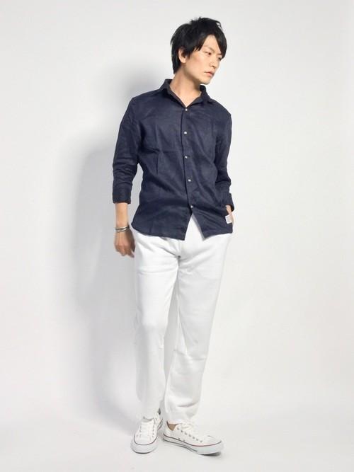 デニムシャツと白パンツの着こなし