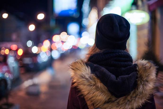 人通りの少ない道にいる女性はナンパに引っかかりやすい