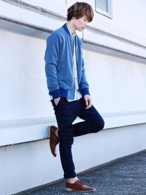 ブルーブルゾンとバンドカラーシャツの秋ファッションメンズコーディネート