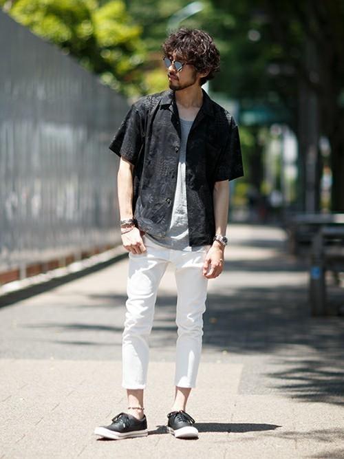 総柄シャツと白パンツのメンズコーディネート