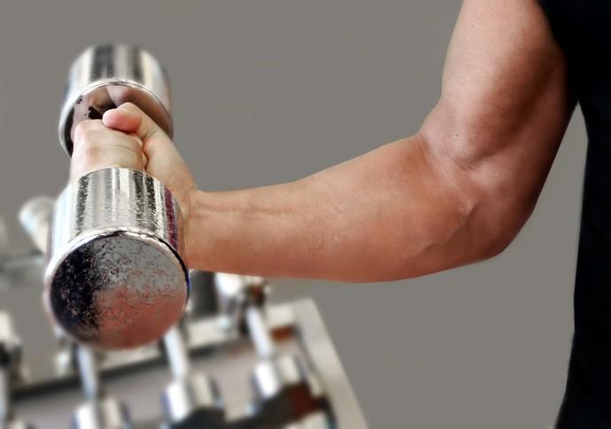 腕の筋肉が太くなった男