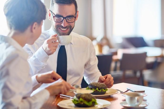 一緒にご飯を食べた瞬間に女性は恋に落ちる