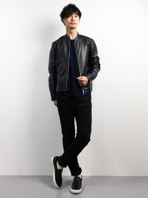 黒ライダースジャケットとニットのメンズコーディネート