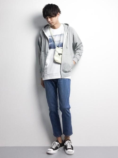 パーカーとTシャツのファッションコーディネート