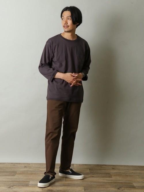 コットンTシャツとブラウンパンツの着こなしコーディネート