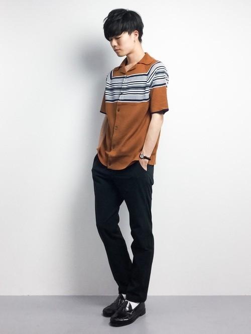 ブラウンボーダーシャツと黒パンツの着こなし