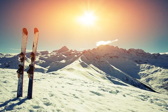 スキーのボードと夕日