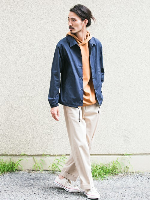 パーカーとコーチジャケットの秋ファッションコーディネート