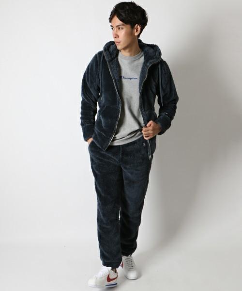 黒パーカーとグレーTシャツのメンズコーデイネート