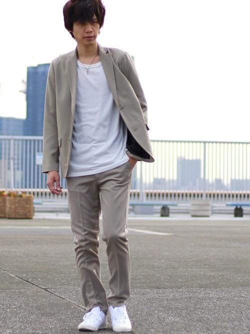 ベージュジャケット×白Tシャツの秋服着こなし