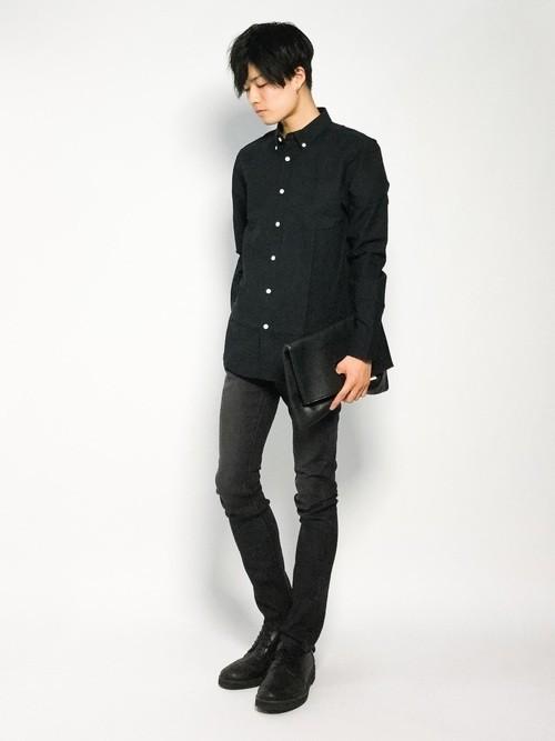 黒シャツと黒デニムパンツのメンズ着こなし