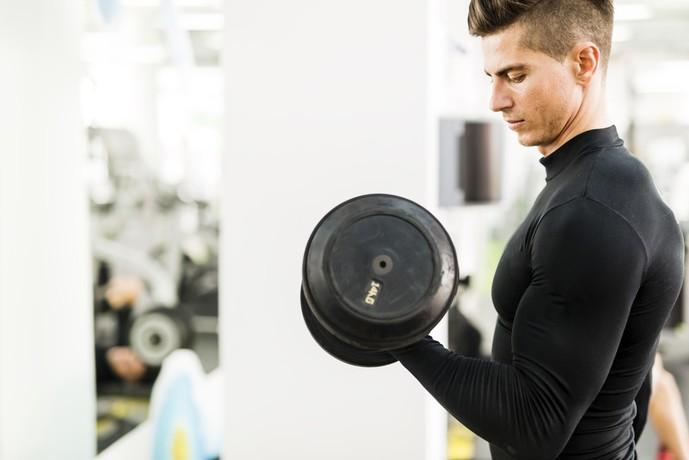 腕の筋肉を鍛えて太くする