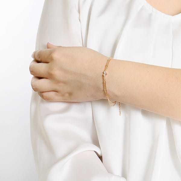 ホワイトデーのお返しにプレゼントするハートオブコンセプトのブレスレット装着イメージ.jpg