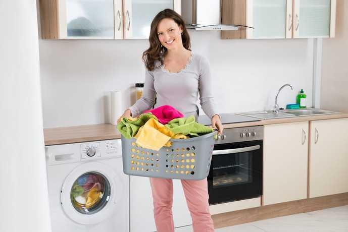 小型洗濯機で洗濯物を洗った女性