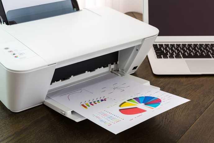 コンパクトプリンターで会議の資料を印刷している