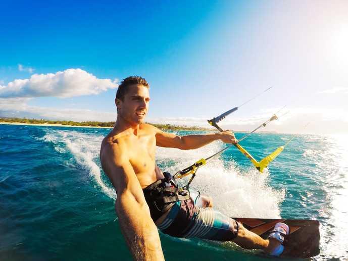 アクションカメラでサーフィン中を撮影している男性