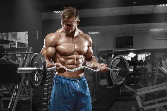 バーベルを使って、上腕二頭筋を鍛えている男