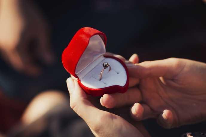 プロポーズで渡す婚約指輪の基礎知識