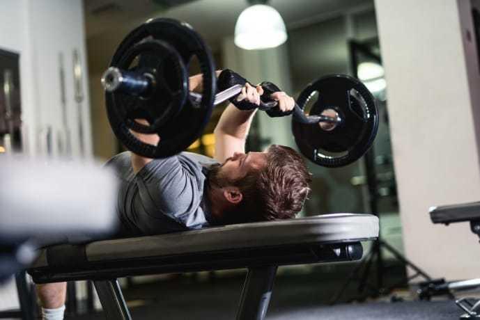 ダンベル・バーベルを使った上腕三頭筋のトレーニング「トライセプスエクステンション」