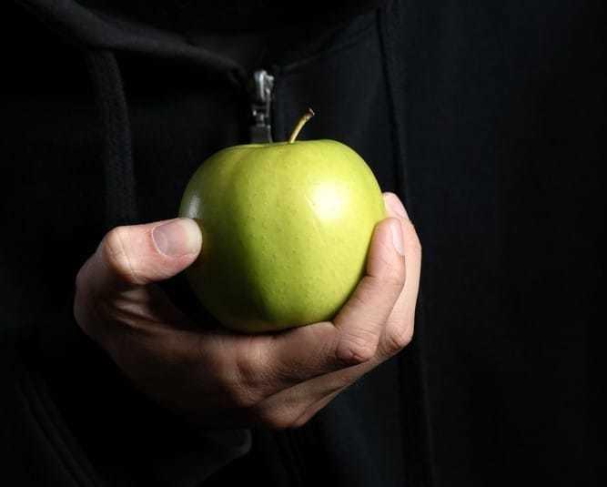 りんごを持つ男