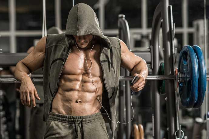 超腰筋トレーニングに取り組む男