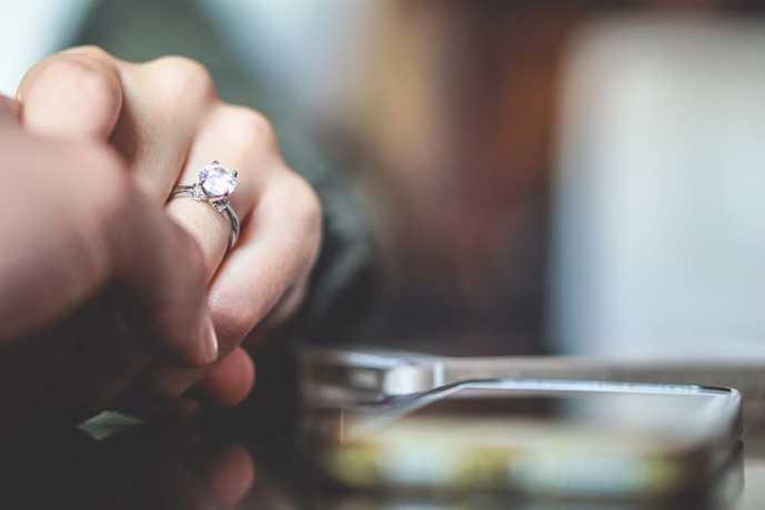 プロポーズでプレゼントする婚約指輪の選び方