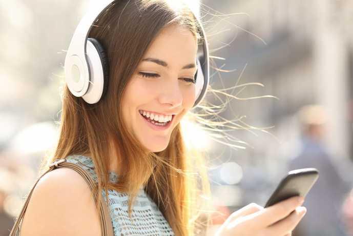Bluetooth対応のDAPで音楽を聴く女性