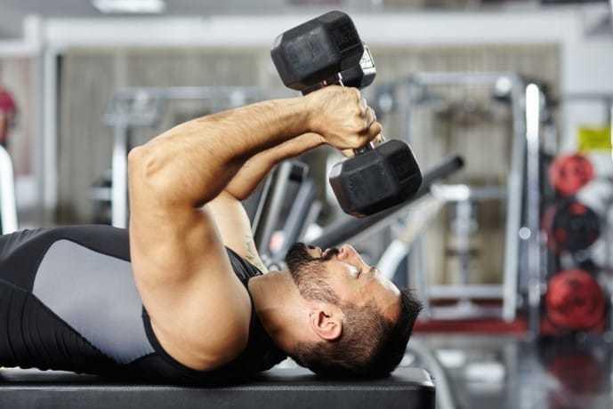 上腕三頭筋を肥大させる効果的なトレーニング「ダンベルトライセプスエクステンション」
