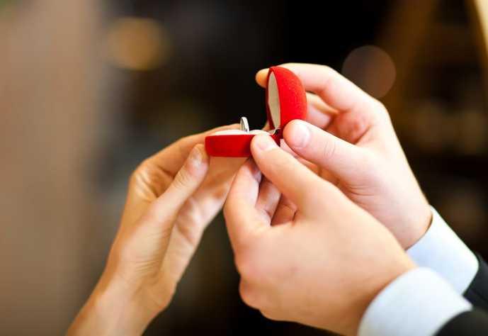 彼女が喜ぶ人気ブランドの婚約指輪