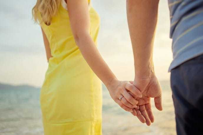 女性からのボディタッチで手を触る.jpg
