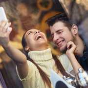 女性からのボディタッチは脈あり?隠された女性心理&部位別の意味 | Smartlog