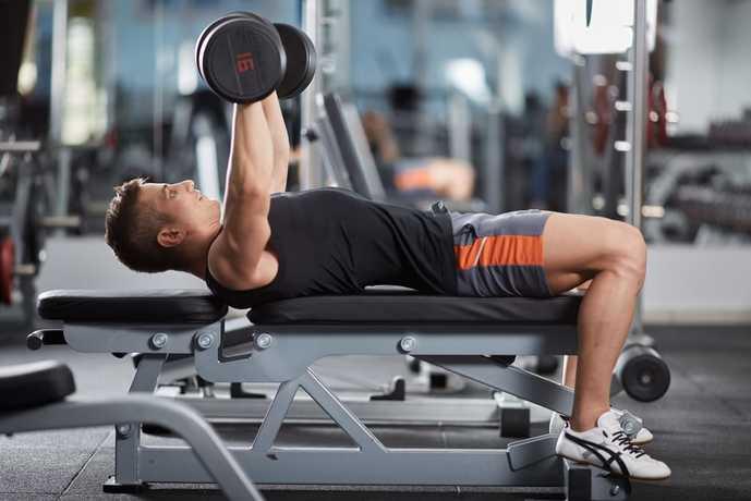 ダンベルを使った上腕三頭筋の効果的なトレーニング『ダンベル・ベンチプレス』