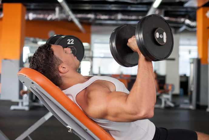 胸筋上部を鍛えられる筋トレメニュー『インクライン・ダンベルプレス』