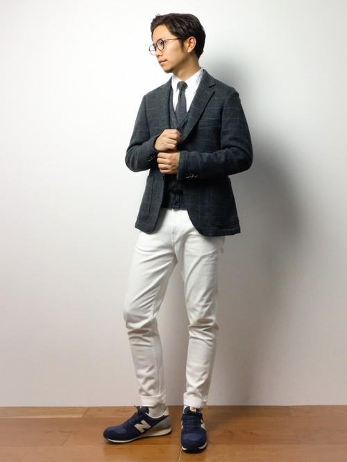 ホワイトデニムとジャケットのコーディネート