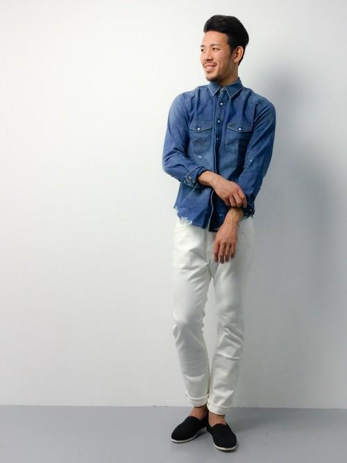 ホワイトデニムとデニムシャツのコーデ