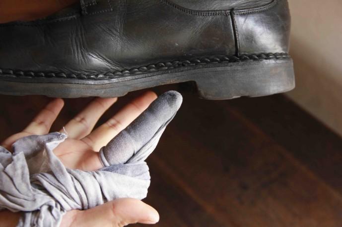 布で靴を磨く