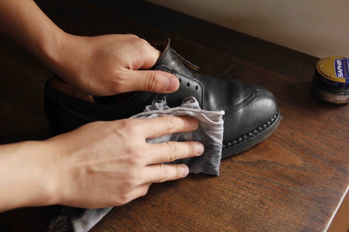 濡れた布で靴を拭く
