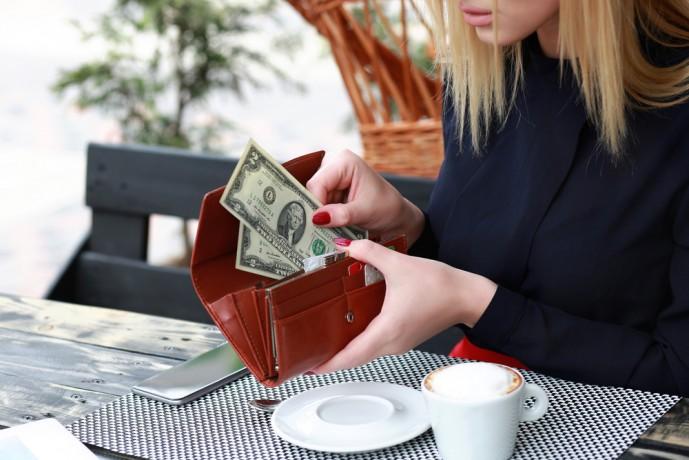 女性に財布をプレゼントする