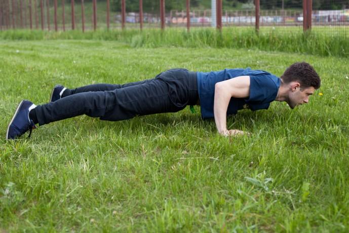 ヒンズープッシュアップを行っている時に体を下げている状態