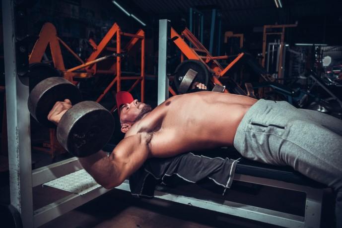 デクラインダンベルフライで大胸筋を刺激する