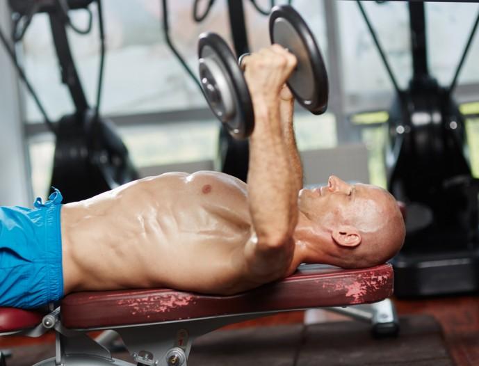 デクラインダンベルフライトレーニングで大胸筋を刺激する