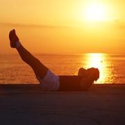 レッグツイストで腹斜筋を引き締める。正しいやり方&効果的な筋トレメニュー | Smartlog